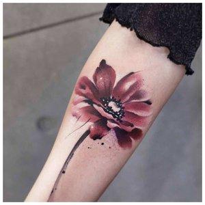 Акварельная тату в виде цветка на руке