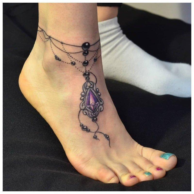 Оригинальный тату браслет на ноге у девушки