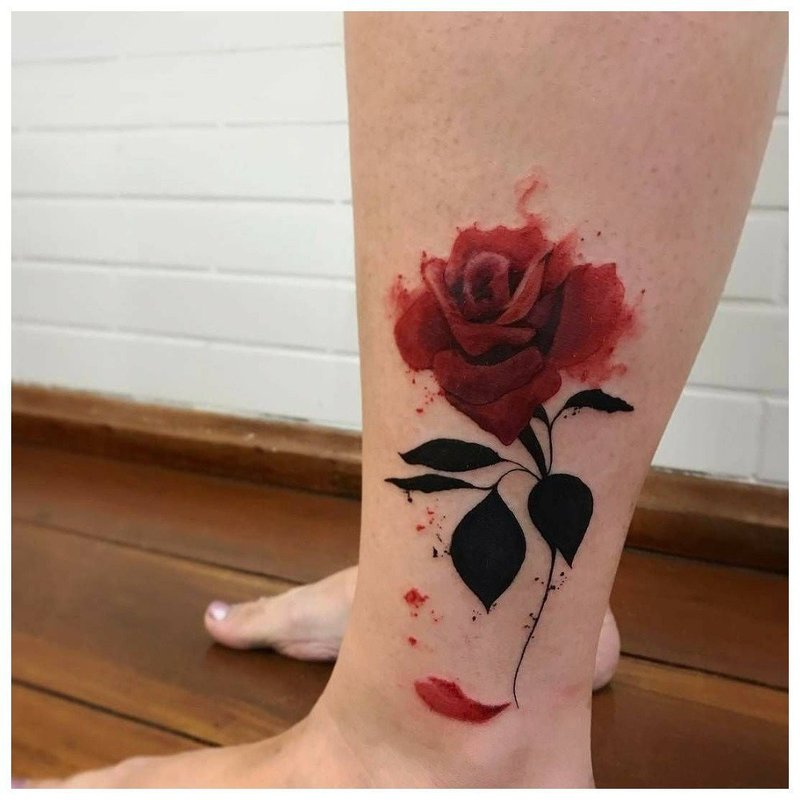 Красивая роза - тату на лодыжке
