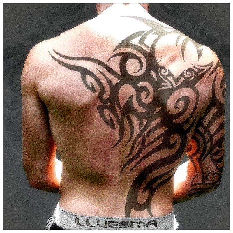 Крупные линии - тату на теле мужчины