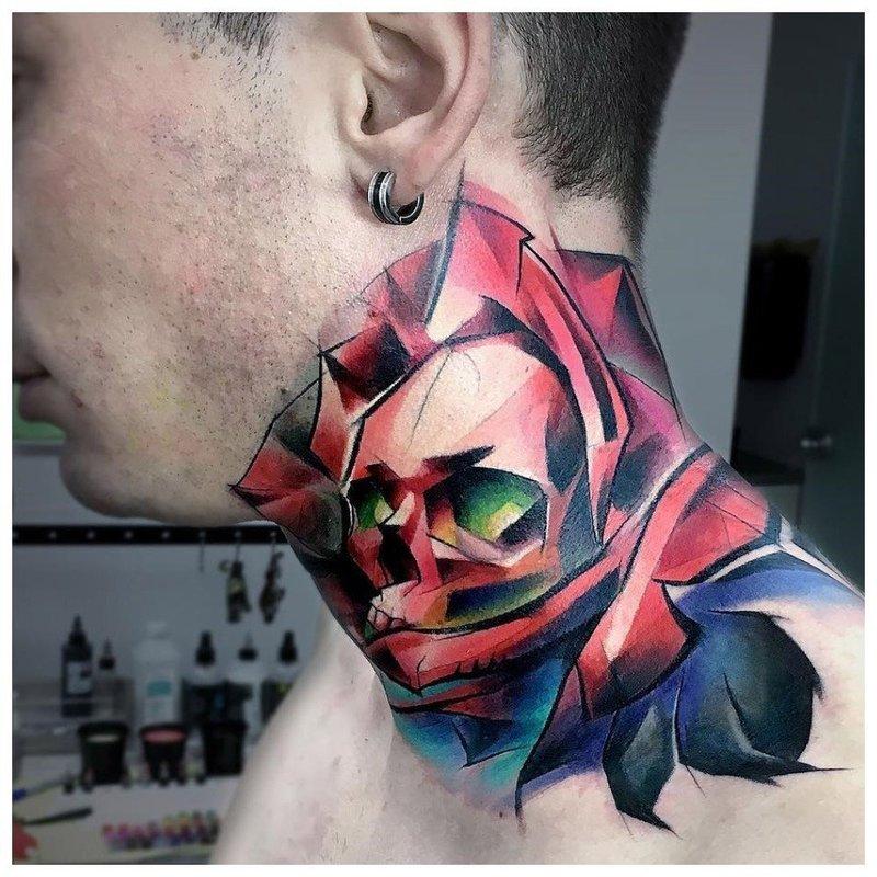 Цветное череп - необычное тату на шее у мужчины