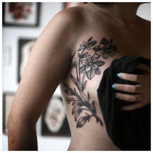 Тату цветов на груди сбоку