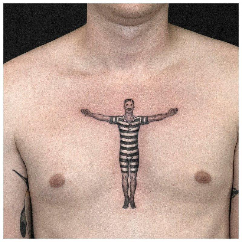 Тату человека на груди у мужчины