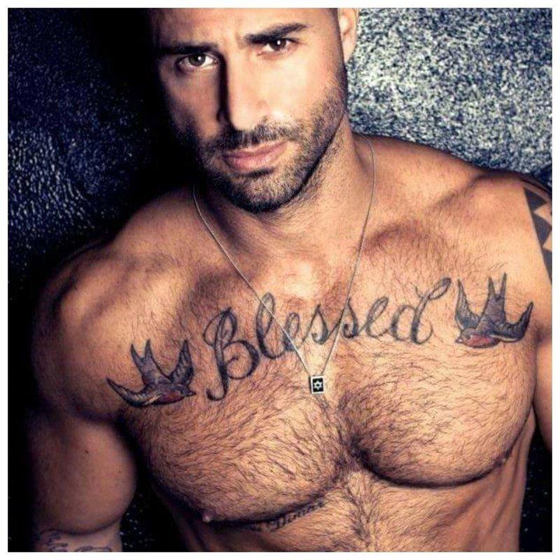 Крупная тату надпись на груди у мужчины