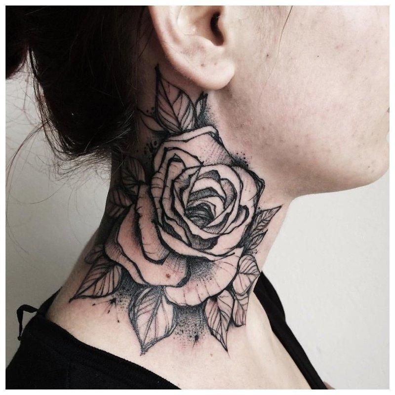 Крупный цветок тату на шее у девушки