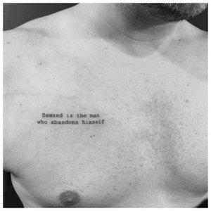 Тату надпись на груди
