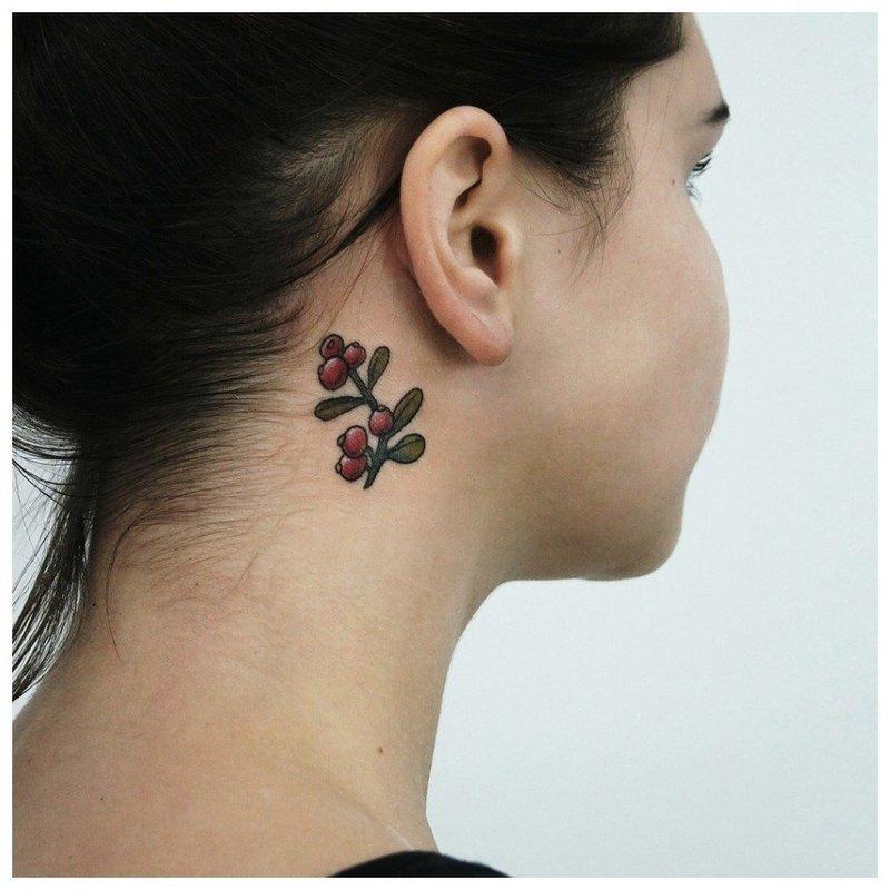 Маленький цветок на шее у девушки