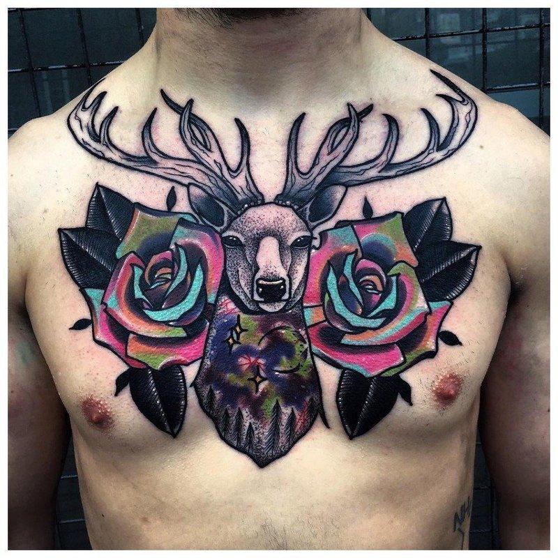 Яркие цветы - тату на грудь мужчине