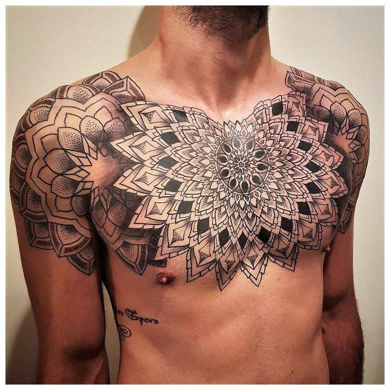 Оригинальное тату на грудь мужчине