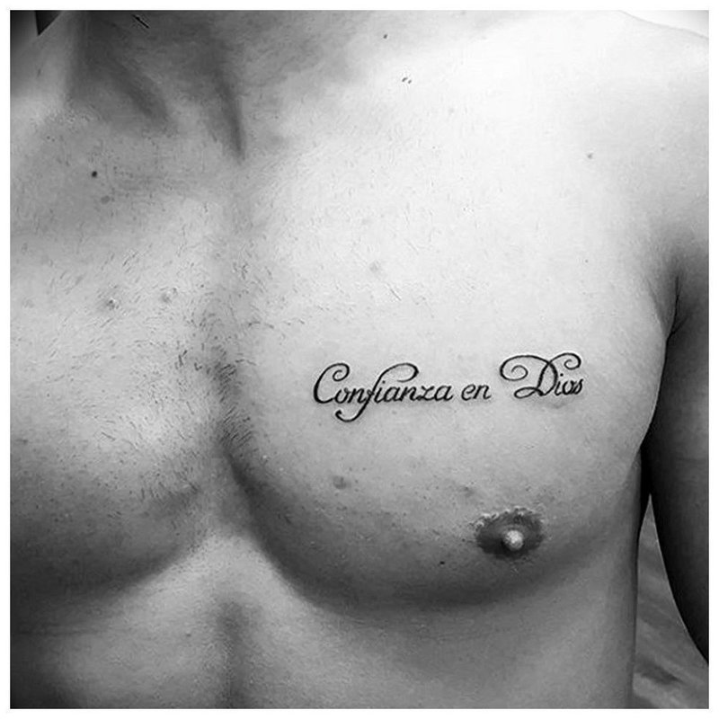 Маленькая тату надпись на груди