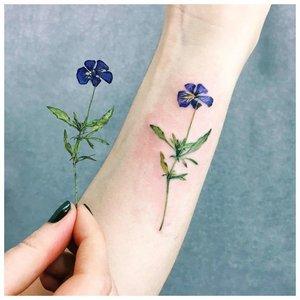 Нежный цветок тату на руке