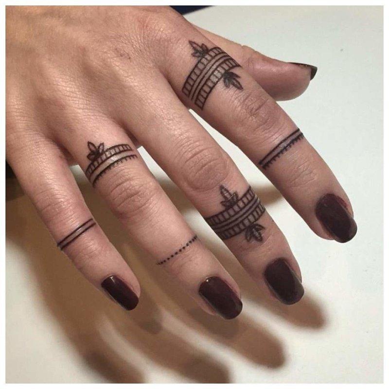 Тату на пальцах
