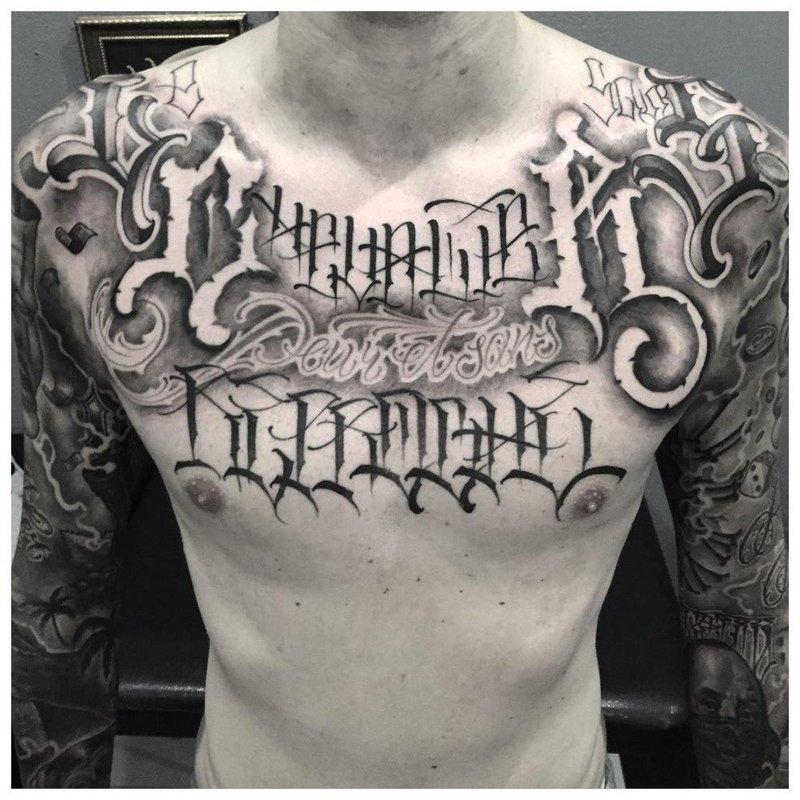 Оригинальная тату надпись на груди