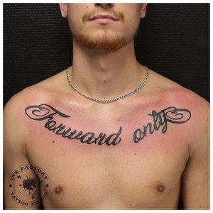 Небольшая тату надпись на грудь мужчине