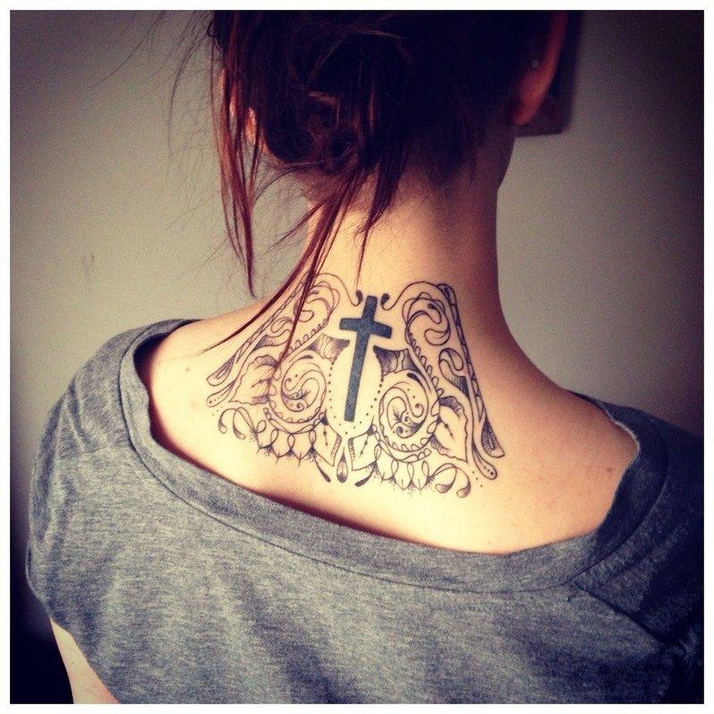 Тату крест на шее у девушки сзади
