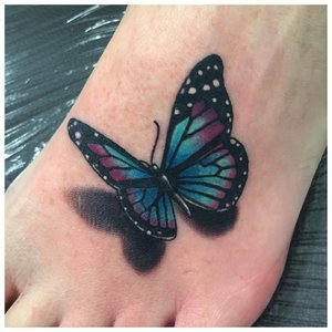 Тату бабочка на ноге