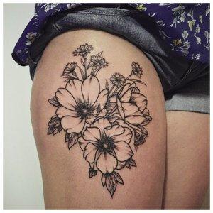Крупное цветочное тату на ноге