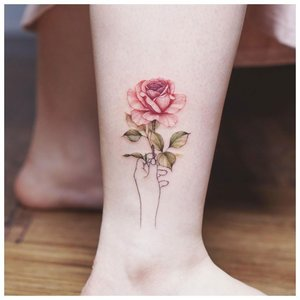 Тату роза на щиколотке у девушки