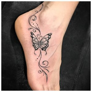 Тату бабочка на голеностопе