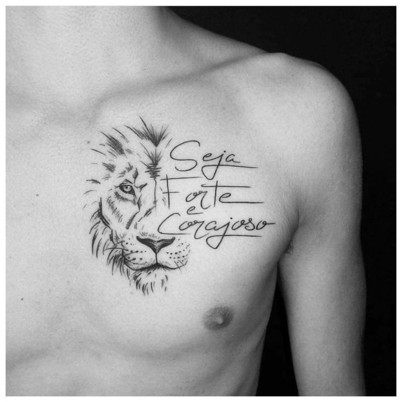 Тату льва на груди у мужчины