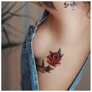 Тату розы под грудью