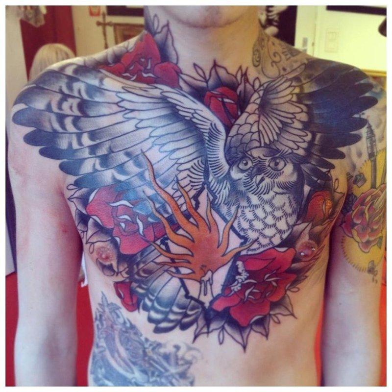 Цветочное тату на всю грудь и плечи мужчине