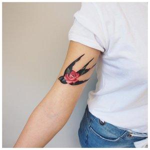 Акварельная тату ласточки на руке