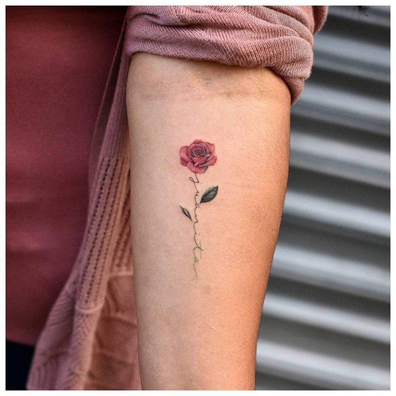 Маленькая роза в цветном оформлении - тату