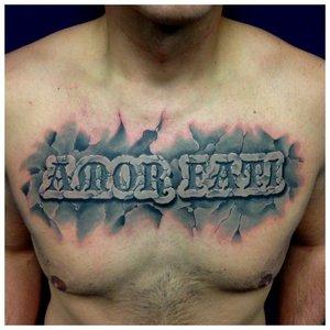 Красивая цветная тату-надпись на груди у мужчины