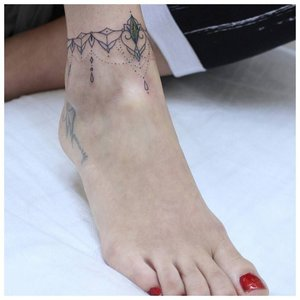 Тату браслет на ноге у девушки