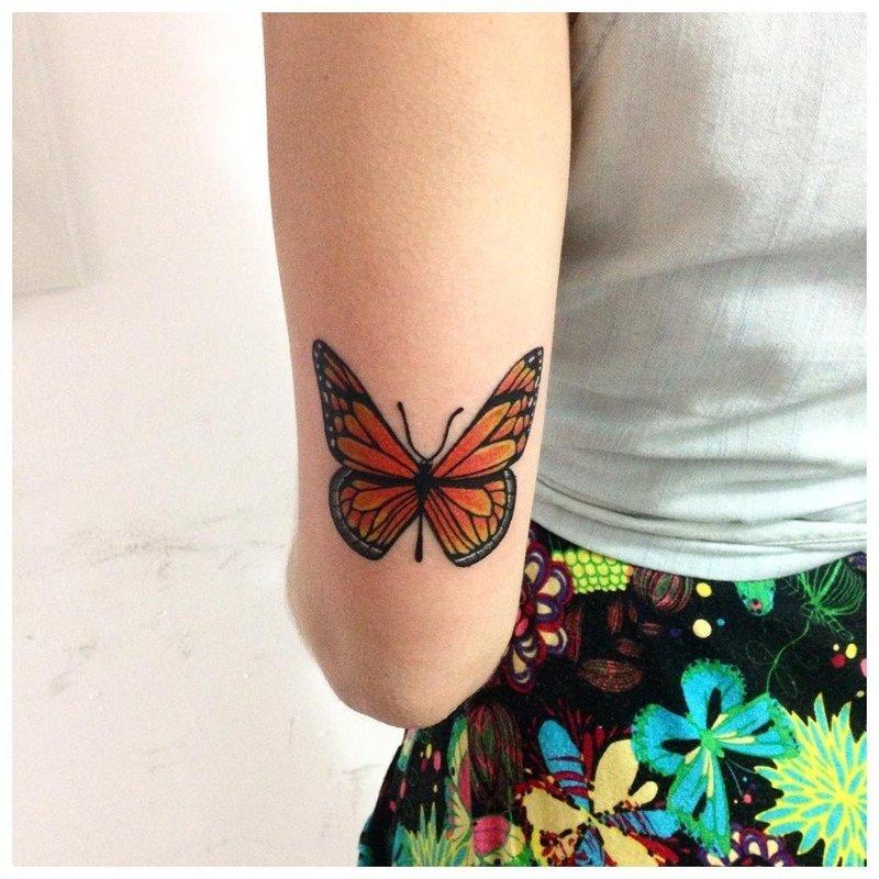 Тату бабочка на локте