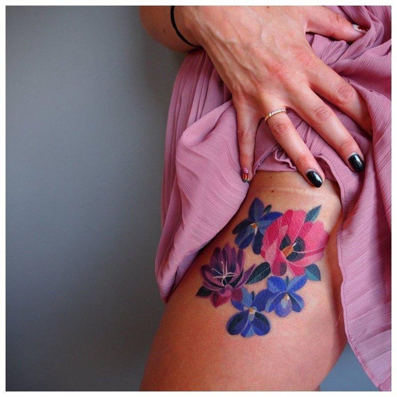 Акварельная тату цветов на бедре