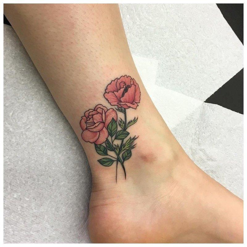 Красивое цветочное тату на ноге