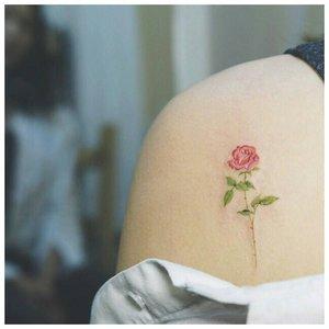 Тату розы на плече у девушки