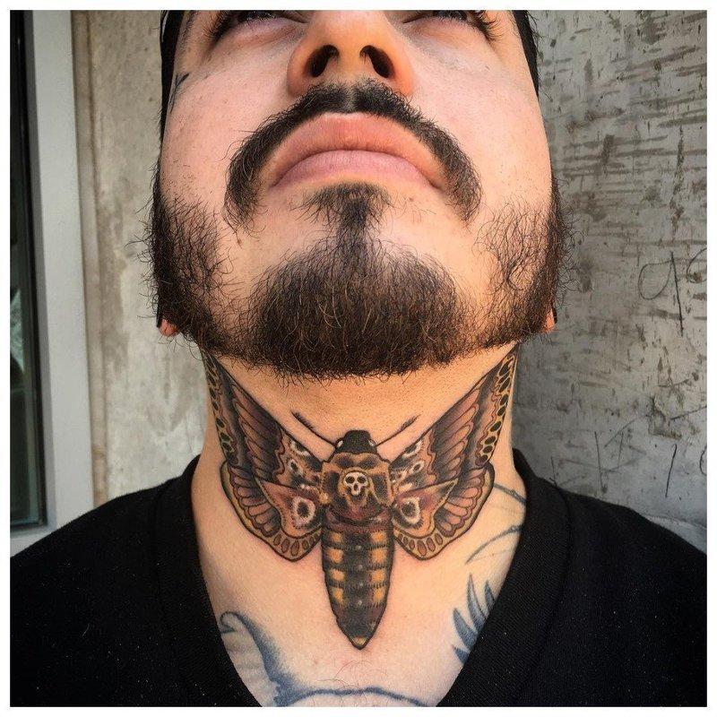 Тату насекомого на горле у мужчины