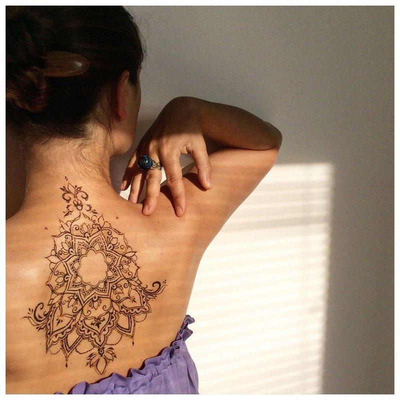 Необычная татуировка мехенди на спине