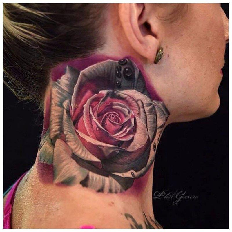 Крупный цветок - тату на шее у девушки