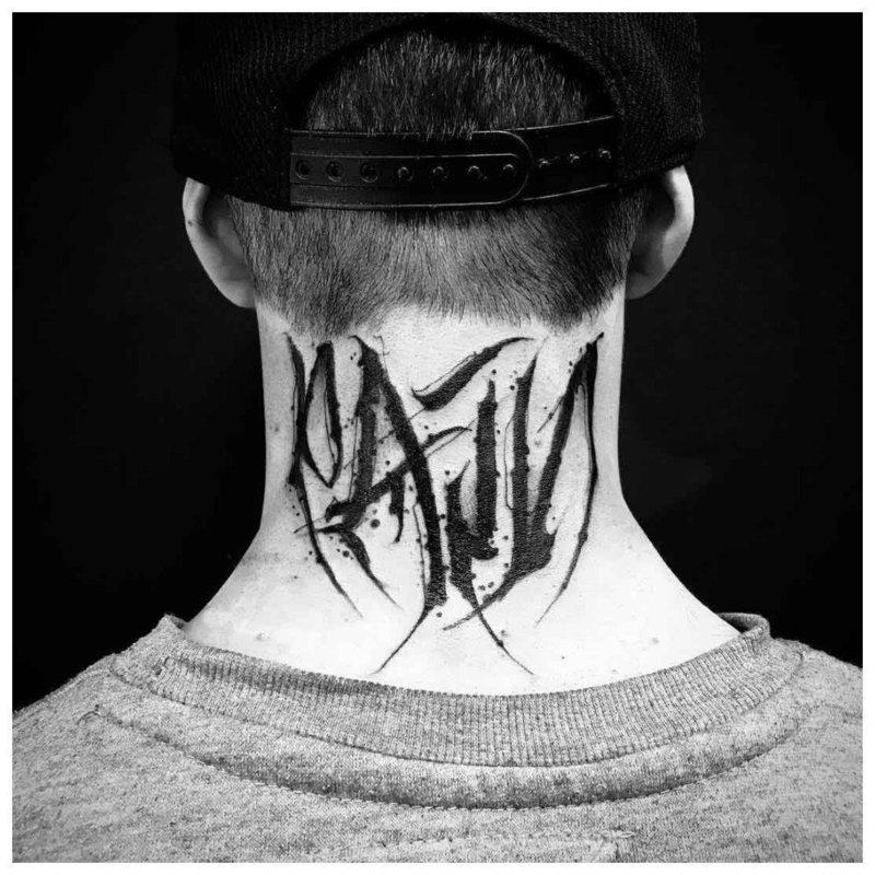 Крупная надпись - тату на шее у мужчины