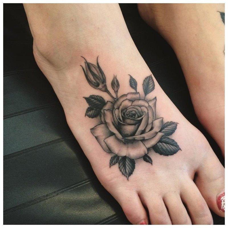 Крупное тату розы на ноге