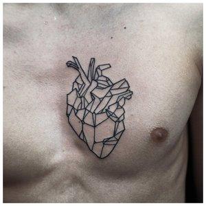 Тату сердце на груди у мужчины