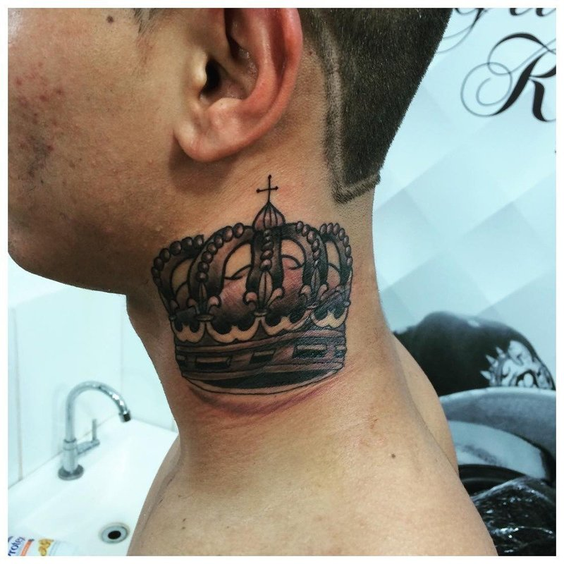 Корона - тату на шее у мужчины