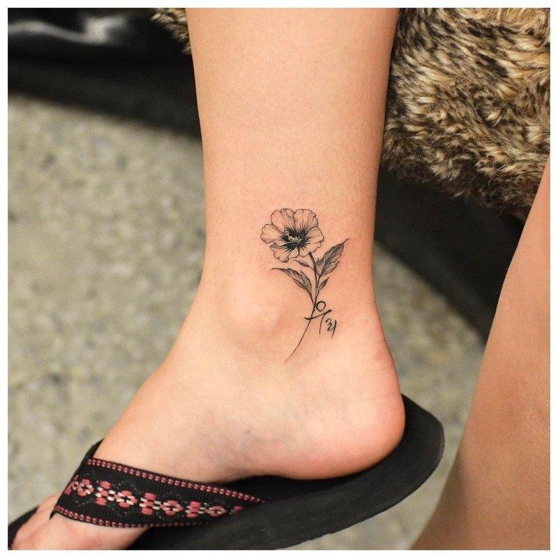 Аккуратная розочка - тату на ноге у девушки