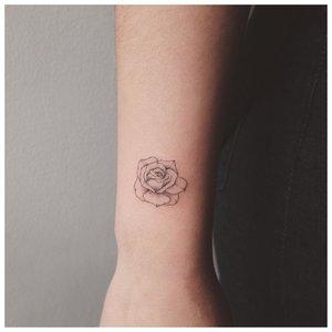 Тату роза для девушки