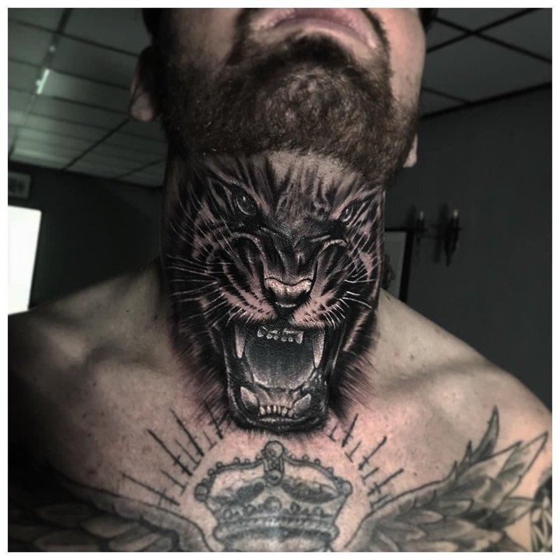 Оскал животного - тату на горле у мужчины