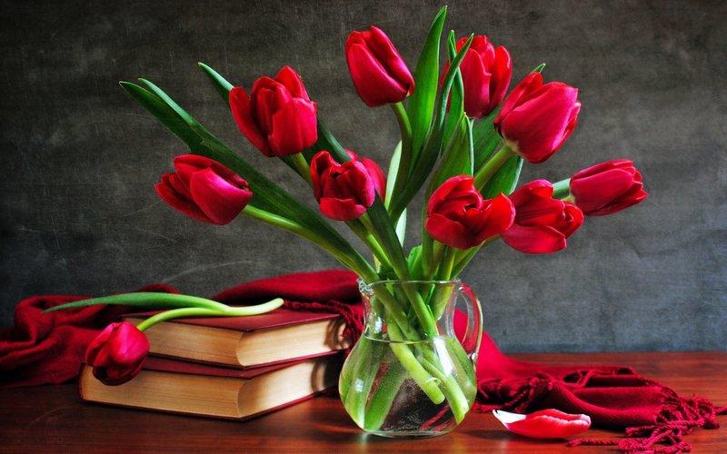 Красные тюльпаны в вазе