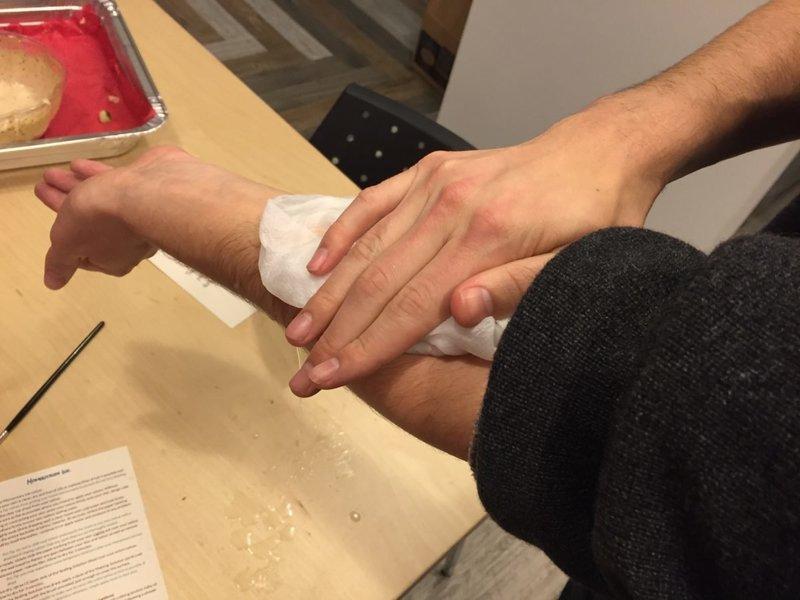 Закрепление самоклеящейся бумаги на коже