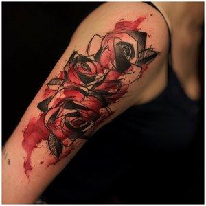 Роза с кровью тату на плече