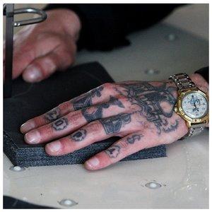 Тюремные тату на пальцах и ладони