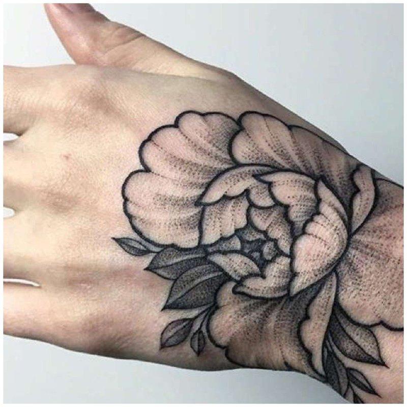 Крупный тату цветок на руке у мужчины