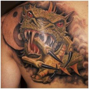 Тату дракона у мужчины на теле